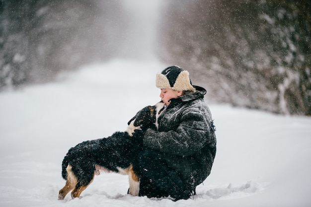 Paysanne. femelle adulte promenant le chien. portrait en plein air drôle hiver fille lifestyle.