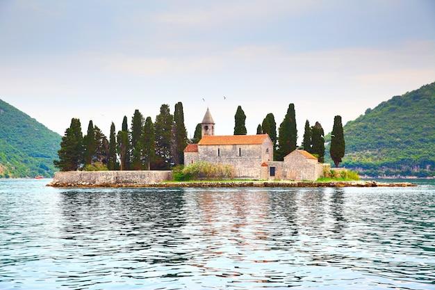 Pcturesque st. george island près de la ville de perast au monténégro