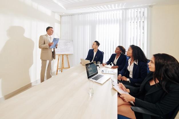 Le pdg de l'entreprise parle devant les gestionnaires