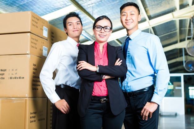 Pdg et hommes d'affaires dans un entrepôt