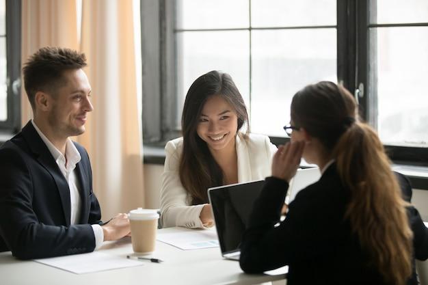 Une pdg parle avec des collègues au bureau