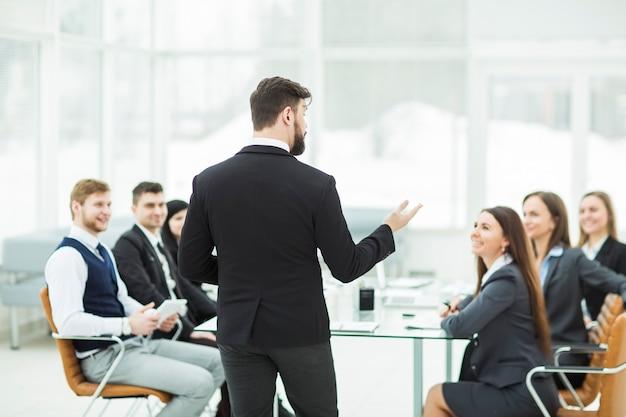 Le pdg parle à l'équipe commerciale de l'atelier dans un bureau moderne
