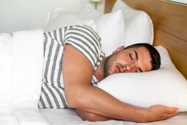 Peaceful homme dormir