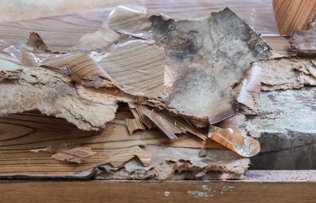 La peau de contreplaqué se détache de l'armoire en béton.