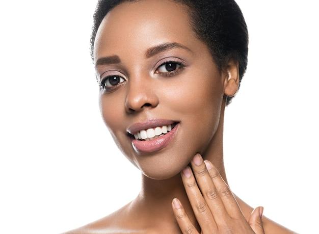 Peau noire beauté femme pure peau naturelle afro fille isolée sur blanc. prise de vue en studio.