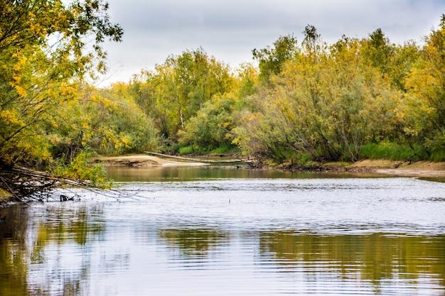 La pêche sur le canal de la rivière nadym. yamal.