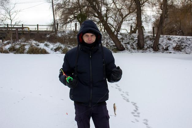 Pêche d'hiver. pêcheurs sur glace.
