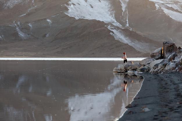 Pêche à la mouche au lac de montagne