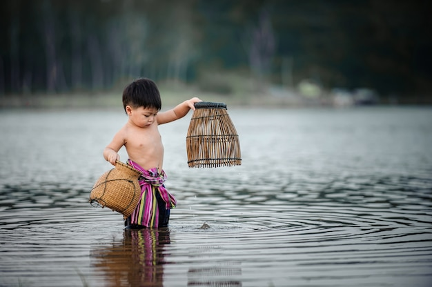 Peche peche gosse dans la riviere a la campagne thailandoy dans la riviere a la campagne thailande