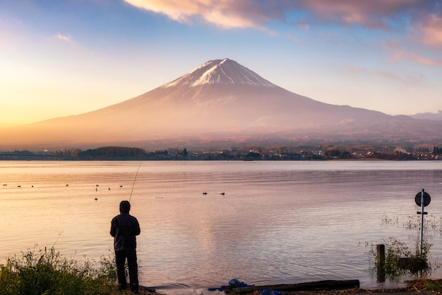 Pêche touristique avec fuji de montagne sur le lac kawaguchiko au lever du soleil matin