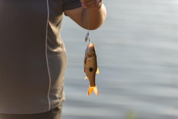Pêcher sur le pêcheur de canne à pêche