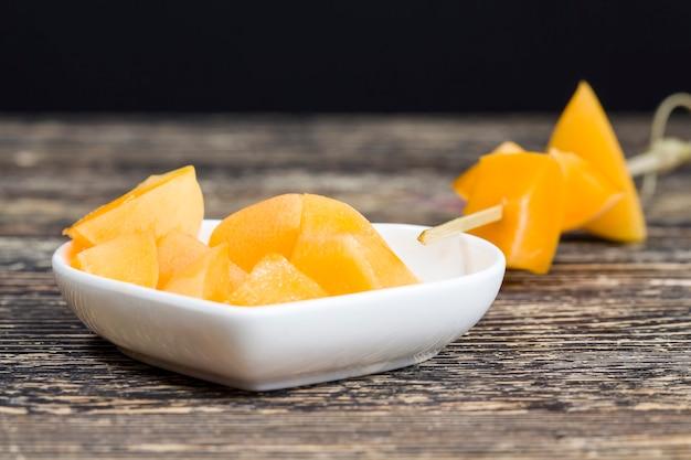 Pêches ou abricots oranges en tranches, pendant la cuisson, pêches ou abricots ensemble sur la table