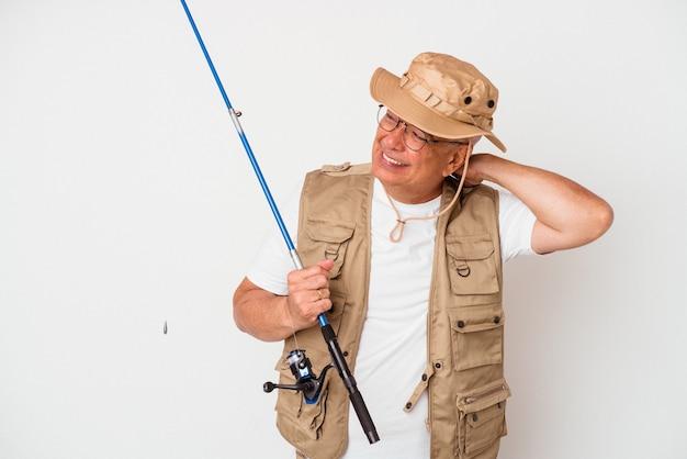 Pêcheur américain senior tenant une tige isolée sur fond blanc touchant l'arrière de la tête, pensant et faisant un choix.