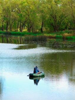 Pêcheur en arrière-plan de paysage de bateau