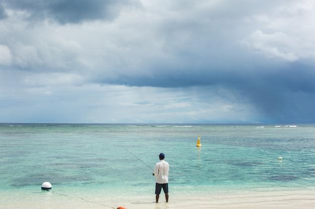 Un pêcheur attrape du poisson dans l'océan
