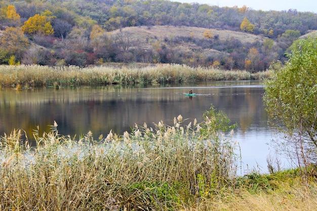 Pêcheur en bateau pneumatique sur la rivière
