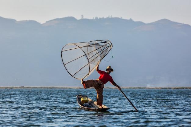 Pêcheur birman traditionnel au lac inle