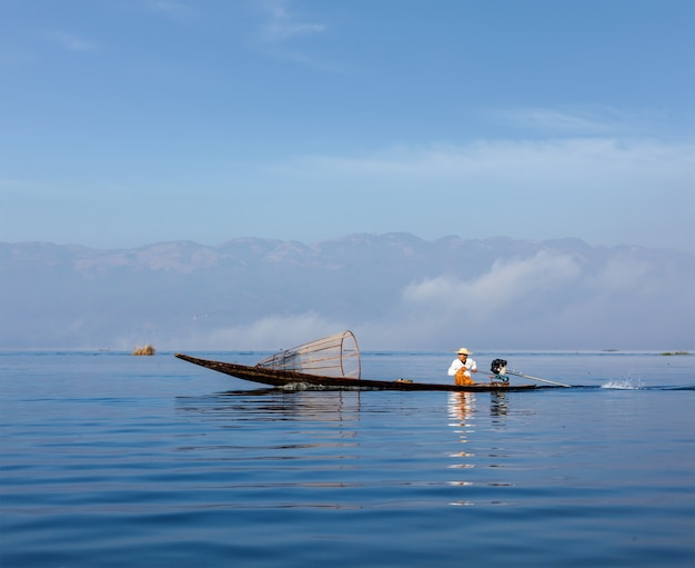 Pêcheur birman traditionnel au myanmar