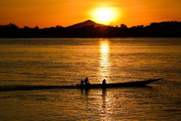 Pêcheur, à, coucher soleil