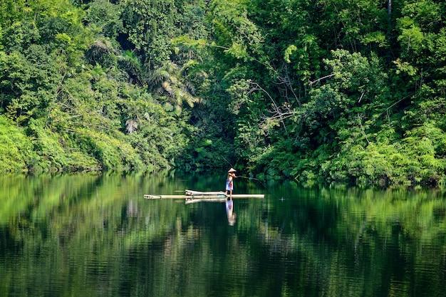 Pêcheur dans la rivière verte