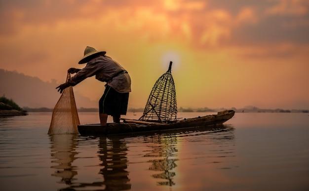 Pêcheur du lac en action lors de la pêche, thaïlande