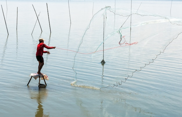 Pêcheur, jeter filet, dans, les, marais