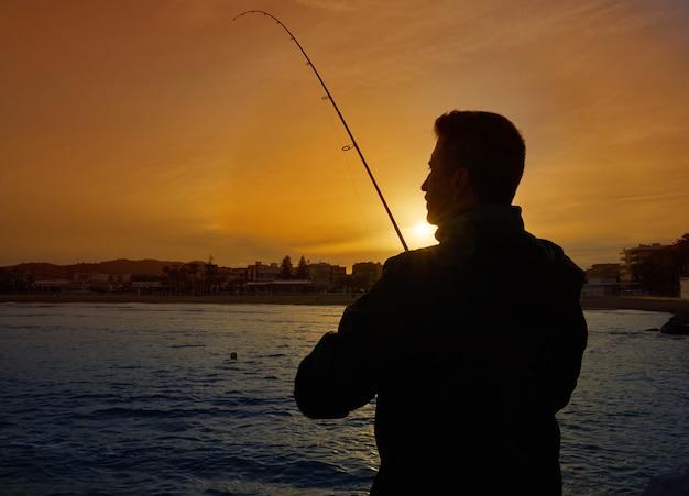 Pêcheur à la ligne avec pêche à la canne en méditerranée