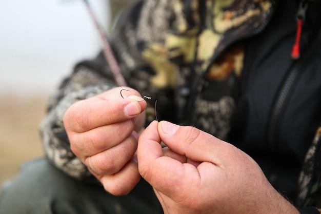 Pêcheur prépare des agrès de pêche et crochet