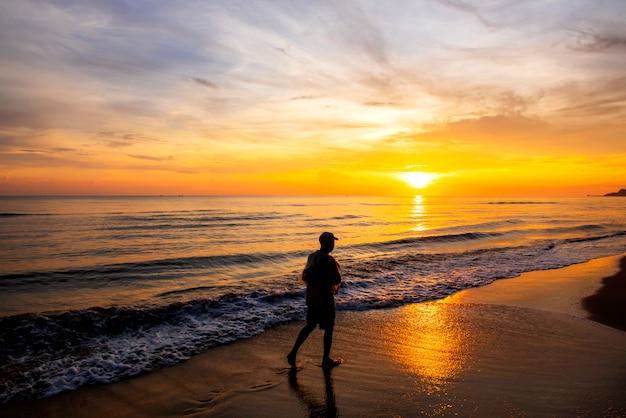 Le pêcheur se tenait anticipation par la mer le matin, au lever du soleil, province de songkhla, thaïlande pays