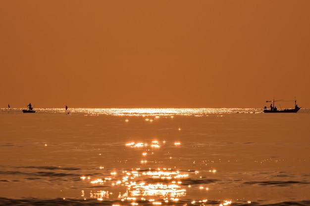 Pêcheur de silhouette pêchant la mer d'or belle brillance naturelle le matin