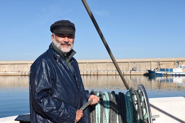 Pêcheur travaillant dans la mer