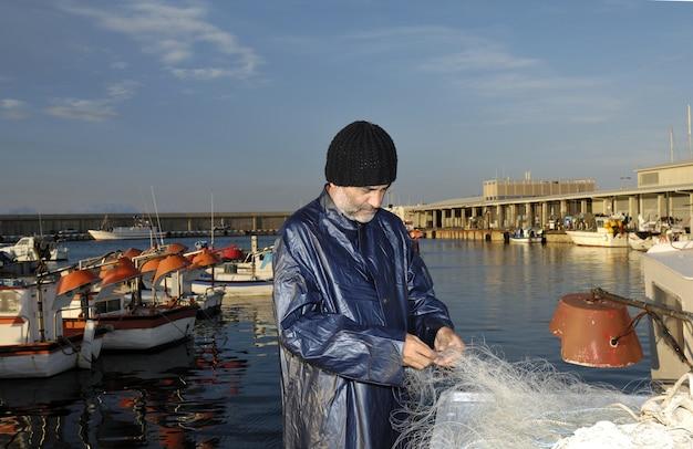 Pêcheur travaillant dans le port de pêche