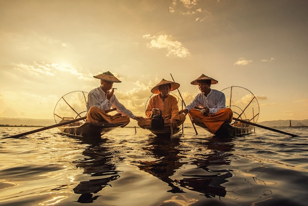 Pêcheurs birmans intha sur bateau de capture de poisson traditionnel au lac inle, l'état de shan, myanmar
