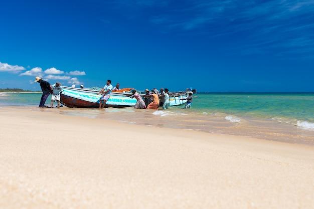 Les pêcheurs locaux tirent un filet de pêche de l'océan indien