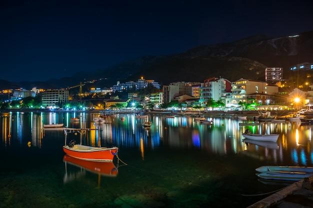Les pêcheurs ont amarré leurs bateaux près du rivage pour passer la nuit.