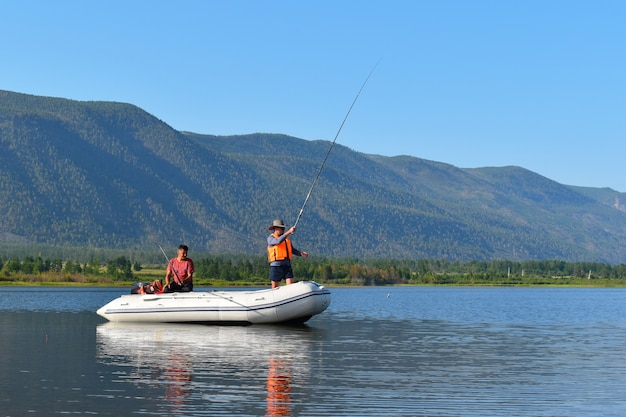 Les pêcheurs pêchent dans le grand lac