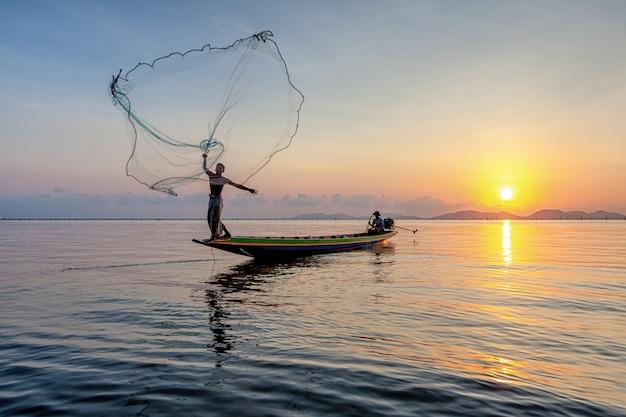 Les pêcheurs pêchent du poisson le matin.