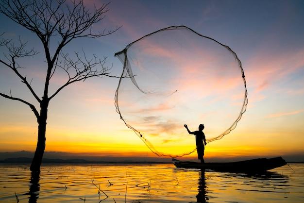 Les pêcheurs peuvent pêcher la lumière du matin d'or.