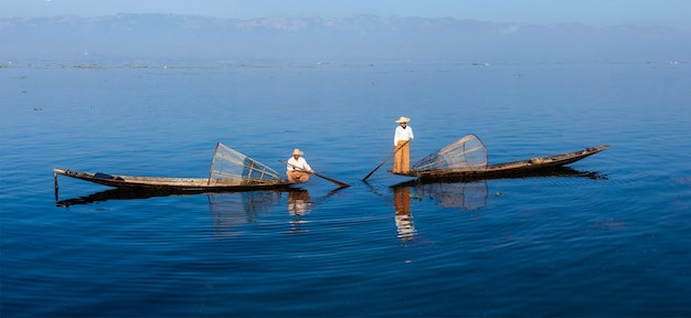 Pêcheurs traditionnels birmans au lac inle