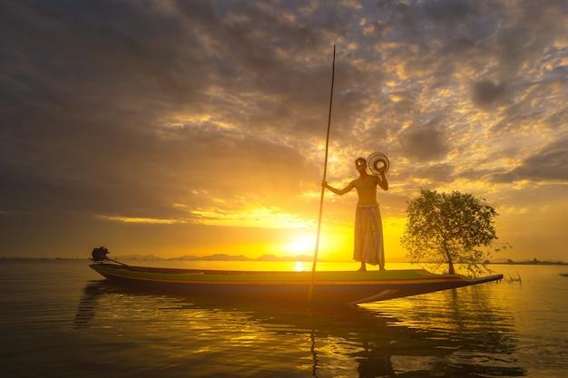Les pêcheurs utilisent des outils de pêche le matin le long du lac songkhla.