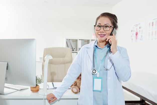 Pédiatre appelant la mère du patient