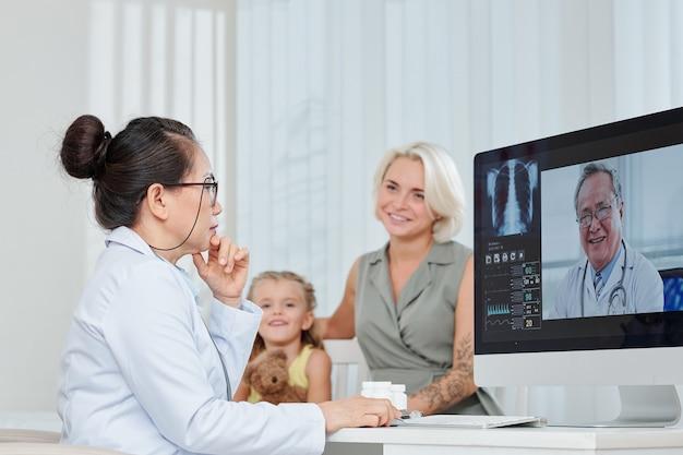 Pédiatre ayant une consultation en ligne avec un pneumologue