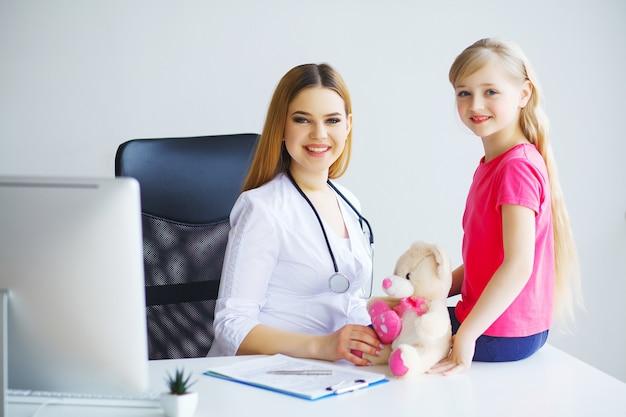 Un pédiatre examine la petite fille