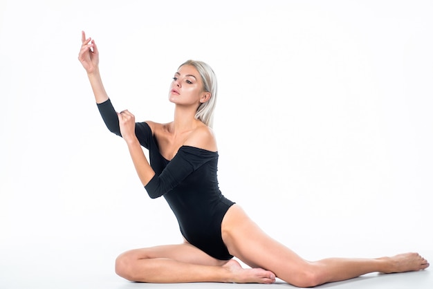 Pédicure acide en salon. santé. massage des pieds. femme sexy isolée sur blanc. dame au corps mince et droit. soins de beauté féminins. peau lisse des jambes. concept d'épilation et de phlébeurisme. femme sensuelle.