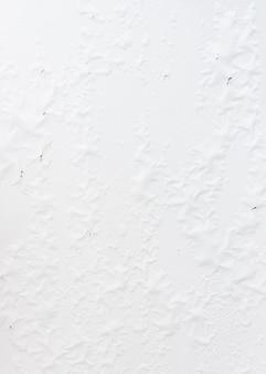 Peeling des murs blancs de la saison des pluies.
