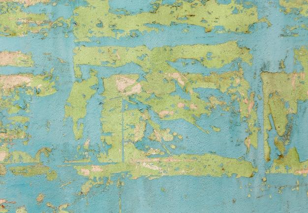 Peeling de la peinture sur une surface de mur de ciment