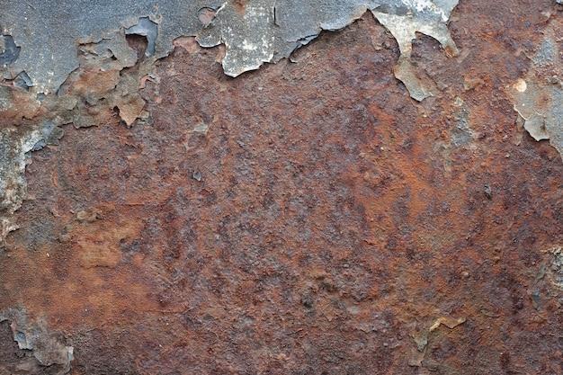 Peeling de la peinture sur le vieux métal rouillé.