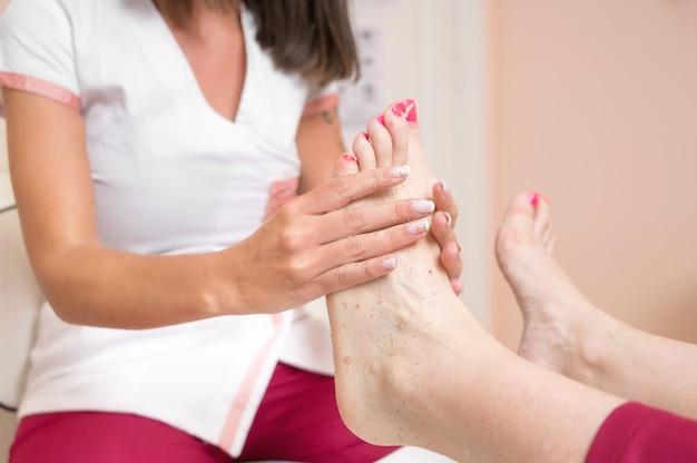 Peeling pieds pédicure traitement au salon cosmétique