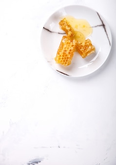 Peigne de miel naturel sur la plaque