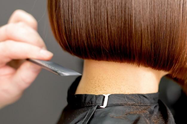 Peigner les cheveux de la femme